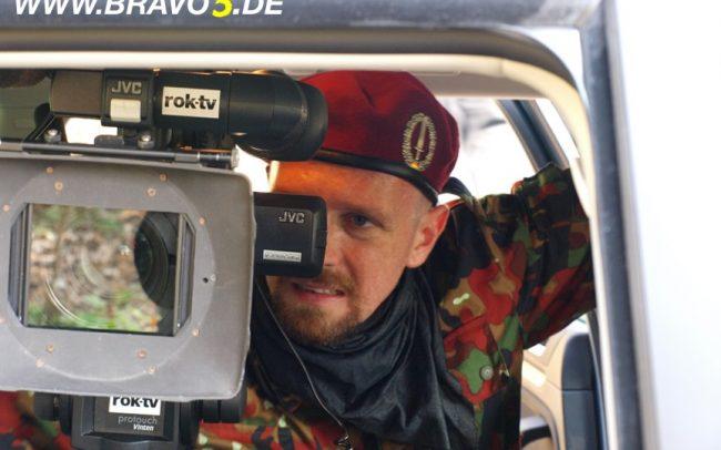 Bravo 5 Making Of 2, Florian Dedio prüft Kamerabild (c) Florian Dedio & BBHP